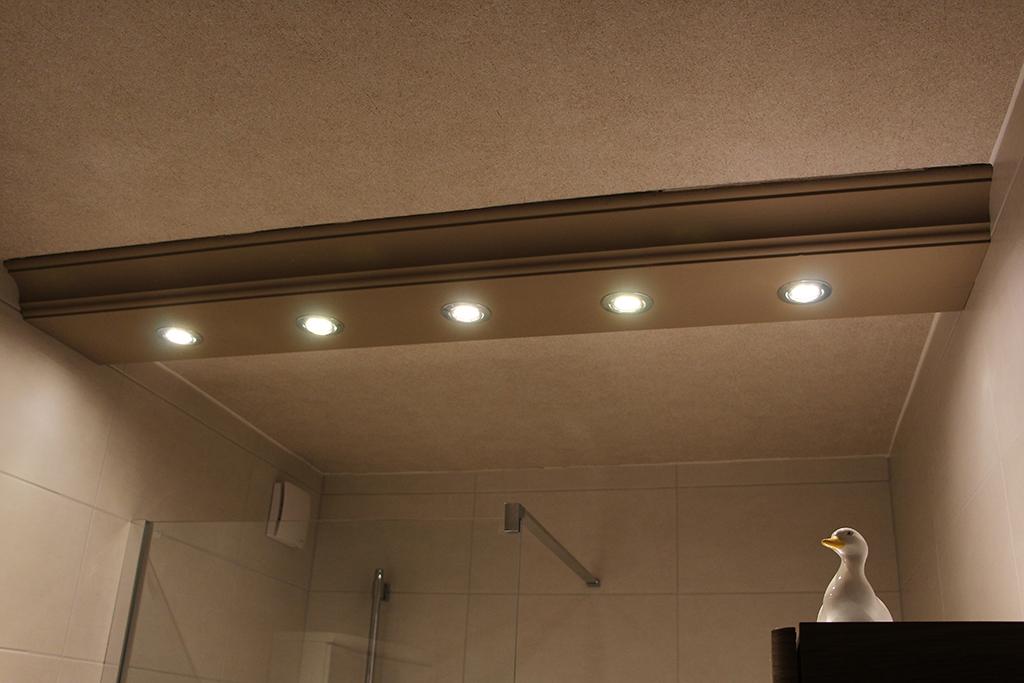Direkte Beleuchtung im Badezimmer mit dem Decken-Profil BSKL-380A-PR.
