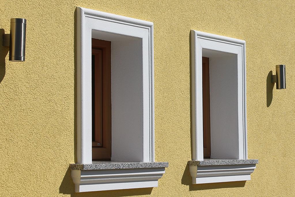 Fensterfaschen und Fensterbakprofile an der Hausfassade