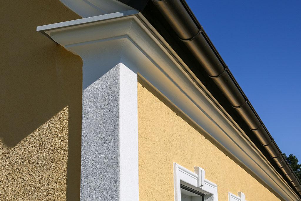 Gesimse und Eck-Pilaser als Dekorelmente in der Fassadengestaltung