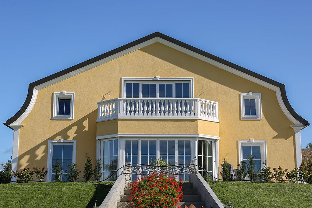Stilvolles Landhaus mit runden Fassadenprofilen und Dekorelementen an der Fassade
