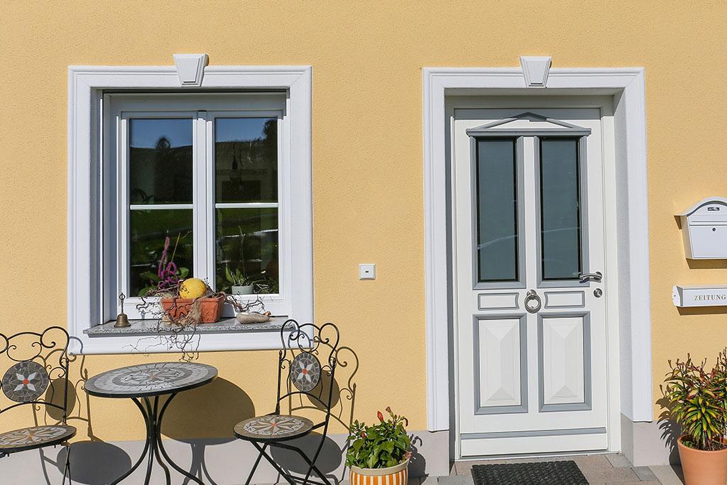 Schlusssteine und Faschen an Fenster und Türen