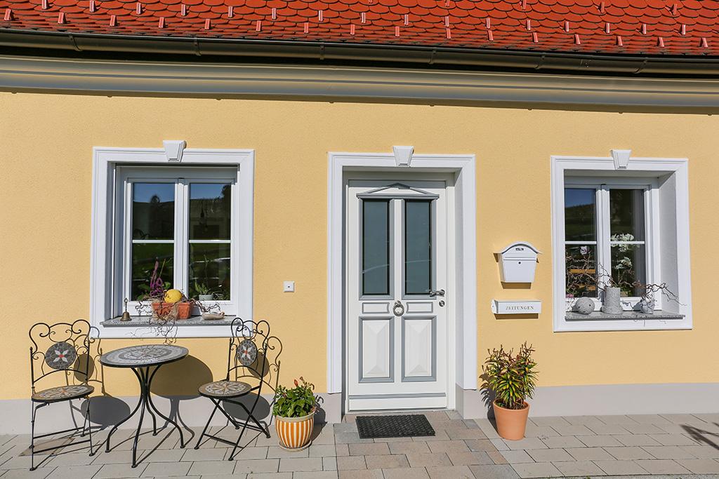 Schlusssteine als Bekrönung in Kombination mit Fensterfaschen