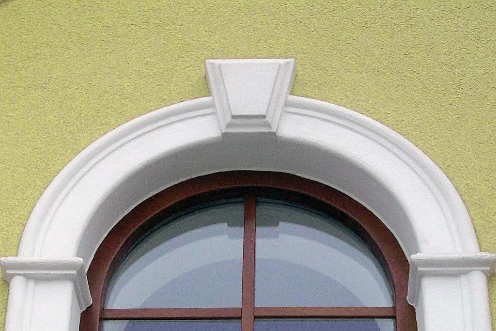 Fensterfaschen plus Schlusssteine zur Umrahmung von Fenster und Türen.