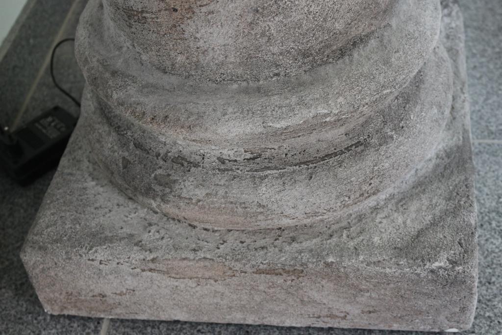 Säulenfuß mit besonderer Oberfläche / Naturstein-Nachbildung