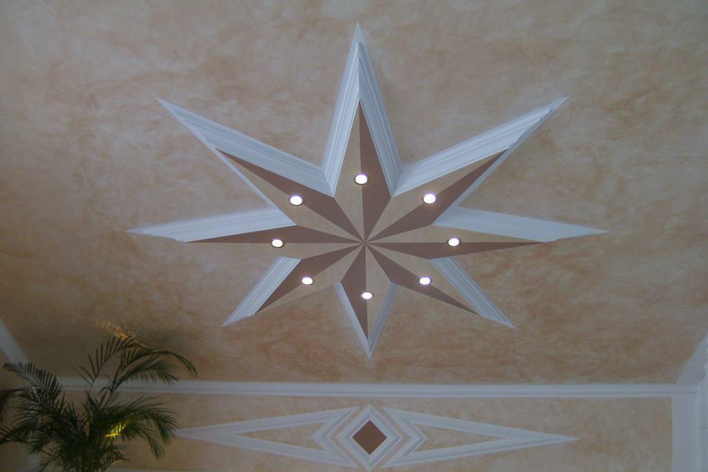 Sonderanfertigung eines Deckenprofils in Sternform mit direkter LED Beleuchtung.