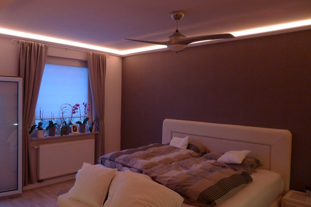 Indirekte Beleuchtung im Schlafzimmer mit der Stuckleiste DBML-90-PR