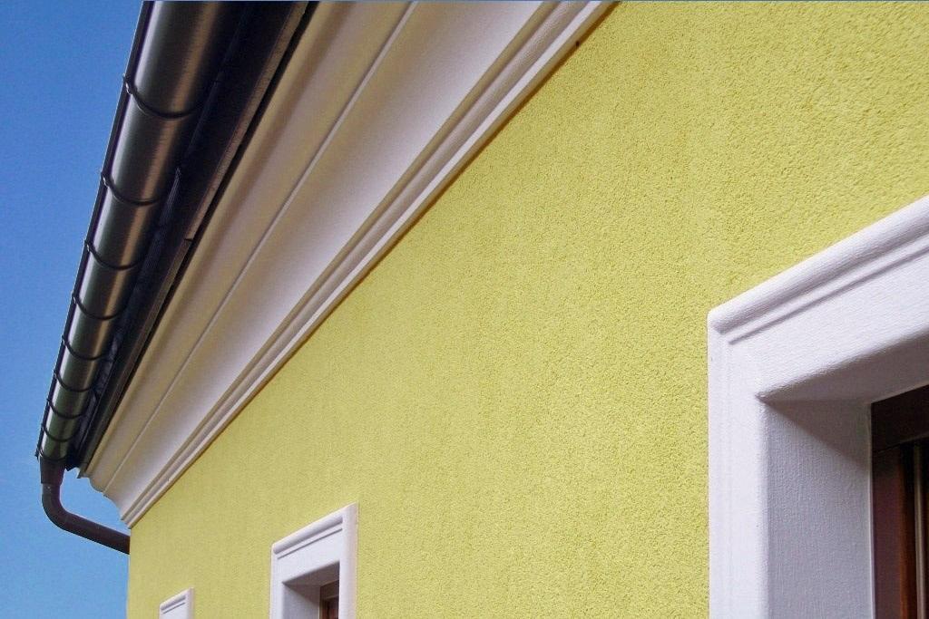 Gesimse-Profil bzw. Traufgesimse am Übergang vom Dach zur Fassade.