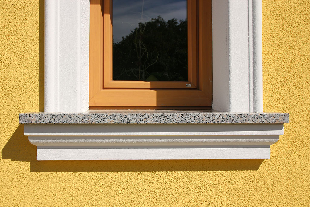 Klassisches Fensterbankprofil SBKL-120-PR unter einer Steinfensterbank.