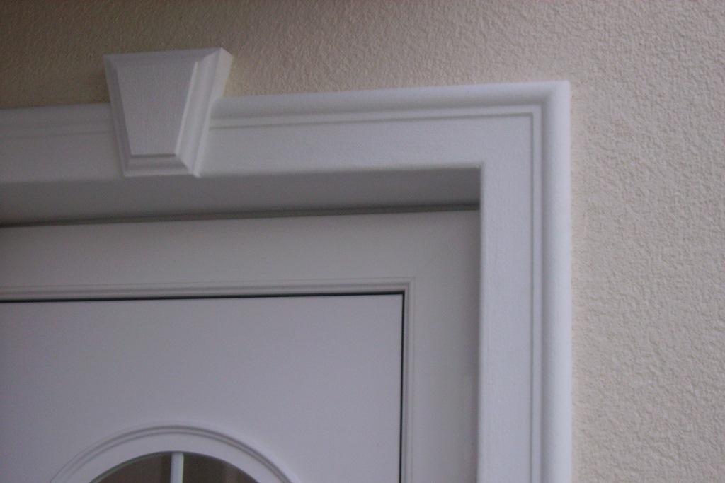 Fensterfasche mit Schlussstein an der Fassade.