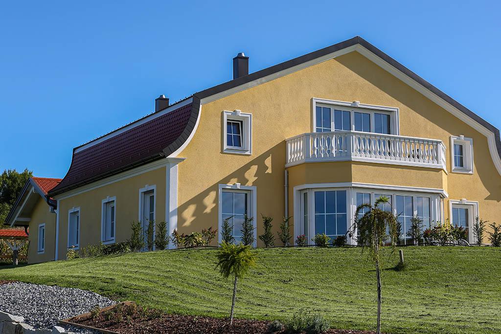 Klassisches Landhaus mit runden Gesimse-Profilen plus Faschen und Schlusssteinen