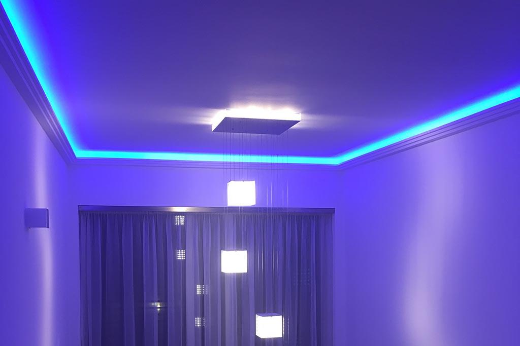 Moderne Stuckleisten für die indirekte Deckenbeleuchtung und RGB-LED Streifen