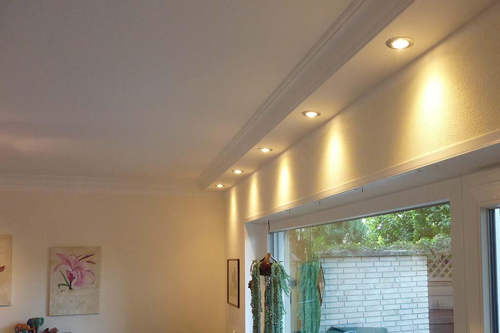 Deckenprofile für die direkte Wandbeleuchtung im Wohnzimmer.