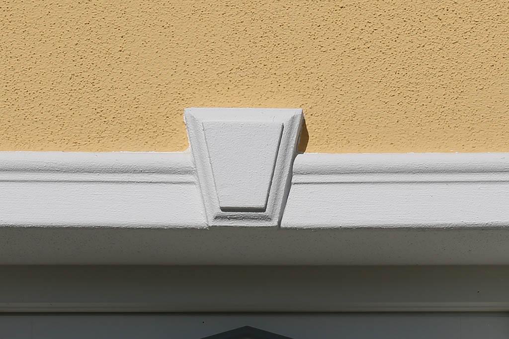 Schlussstein bzw. Mittelstein als Bekrönung über dem Fenster